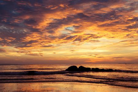 海の上のカラフルな夜明け。自然成分を使用。