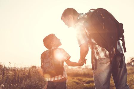 Vater und Sohn im Park an der auf dem Feld Sonnenuntergang time.Family Spaß zu spielen. Konzept der freundlichen Familie und der Sommerferien.