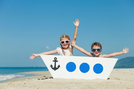 幸せな子供の日にビーチで遊んで。フレンドリーな家族の概念。
