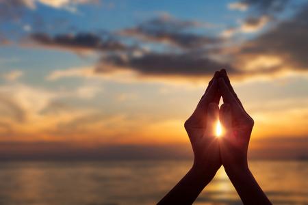 sylwetki kobiet rąk podczas zachodu słońca. Koncepcja życia Zdjęcie Seryjne