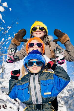 かわいい小さな子供が冬の雪の日の演奏します。人々 は屋外の楽しい時を過します。概念の弟そして姉妹一緒に永遠と幸せな新年。