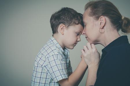 집에서 그의 어머니를 포옹 슬픈 아들. 부부 가족의 개념은 슬픔입니다.