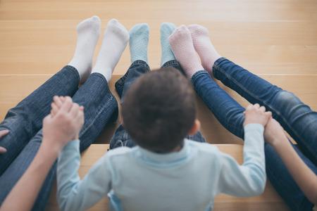家の階段に座っている幸せな子供たち。兄と妹永遠のコンセプトです。 写真素材