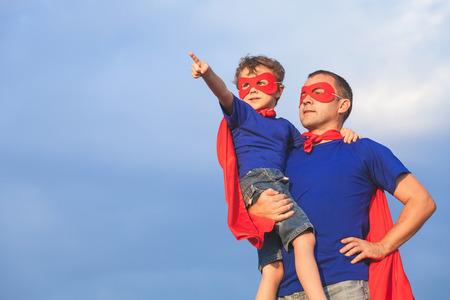 Padre e hijo jugando superhéroe en el tiempo del día. Las personas que se divierten al aire libre. Concepto de la familia. Foto de archivo - 74434691