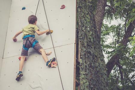 Ragazzino, arrampicata, parete, roccia, esterno. Concetto di vita sportiva. Archivio Fotografico - 84495980