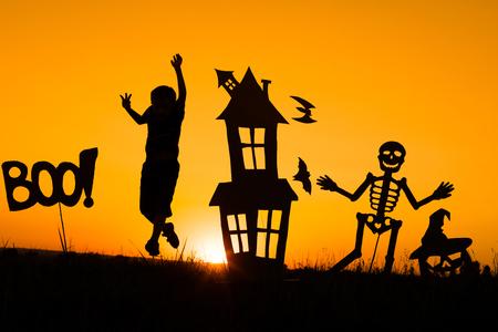 Glücklicher kleiner Junge, der draußen am Sonnenuntergang spielt. Kind hat Spaß. Konzept der glücklichen Halloween-Party. Standard-Bild - 85285839