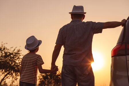 Father and son playing in the park at the sunset time. People having fun on the field. Concept of friendly family and of summer vacation. Stockfoto