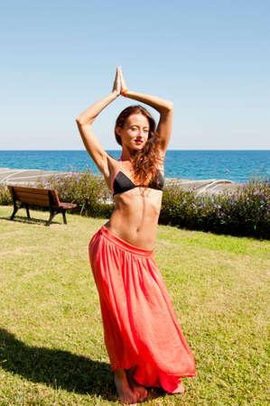 Cuerpo perfecto de bailarina de danza del vientre. Mujer sexy con vientre en forma. Spa y relájate. Viajes y vacaciones de verano. Chica sensual en la playa del mar. Bronceado. Mujer bailando con cuerpo. Nunca lo suficiente para estar con ella.
