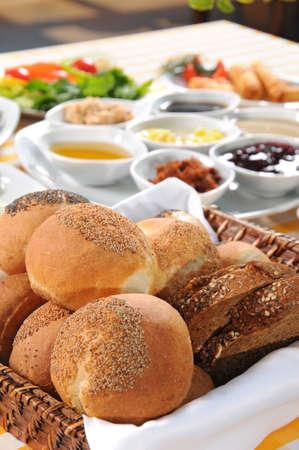 canasta de pan: cesta de pan en la mesa del desayuno sabroso