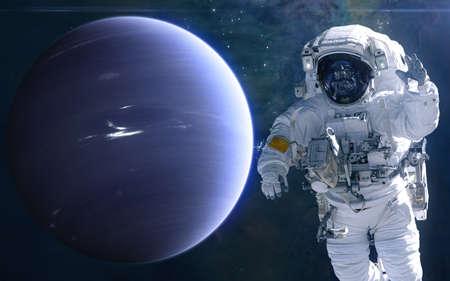 Neptun und Astronaut. Sonnensystem. Science-Fiction. Elemente dieses von der NASA bereitgestellten Bildes