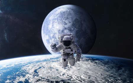Astronaut im Hintergrund des Mondes. Blick aus der Erdumlaufbahn. Sonnensystem. Science-Fiction.