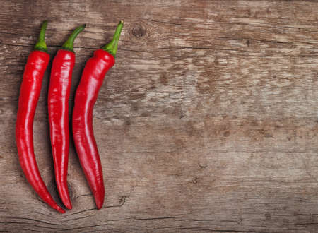 chiles picantes: Red Hot Chili Peppers en una tabla de madera