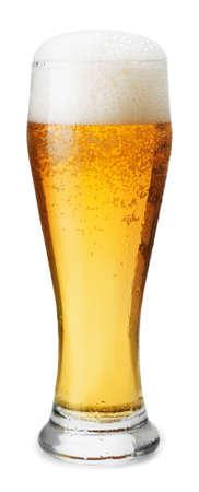 vidrio: Vidrio escarchado de cerveza ligera con espuma aislado en un fondo blanco