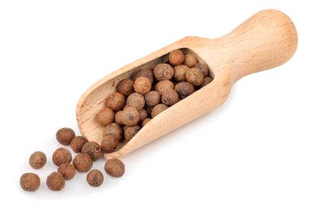 poivres de piment en cuillère en bois isolé sur fond blanc.