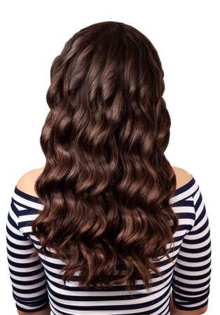 Vue arrière de la femme brune aux longs cheveux bouclés noir isolé sur fond blanc. Longs cheveux bouclés. Les cheveux bouclés isolé sur fond blanc