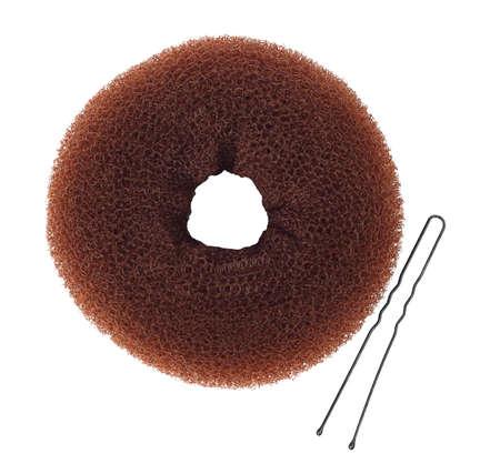 bollos: el fabricante del bollo del buñuelo con moño horquilla aislado sobre fondo blanco Vista superior. Rosquilla de pan de estilo de pelo Foto de archivo