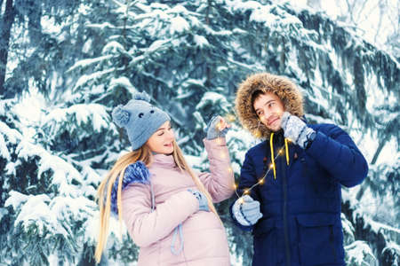 couple winter: Young pregnant couple in winter