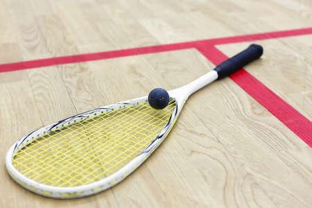 racquetball: raqueta de squash y pelota en la cancha