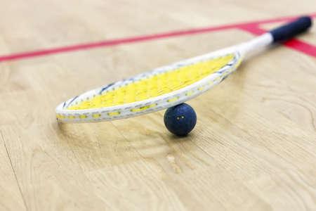 racquetball: Primer de la raqueta de squash y la bola