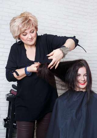 comb hair: hairdresser straight hair with comb Stock Photo