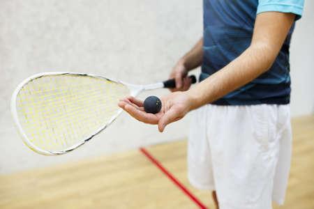racquetball: Jugador que sirve una pelota de squash
