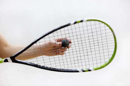 racquetball: El jugador se prepara para servir una pelota