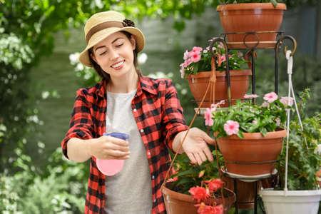 Niña jardinero con la botella de rociador Foto de archivo - 83824408