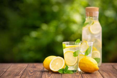 limonade in glas en fles Stockfoto
