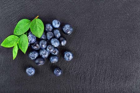 fresh blueberries on graphite board Stockfoto