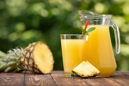 pineapple juice in glass and jug Zdjęcie Seryjne - 129959530