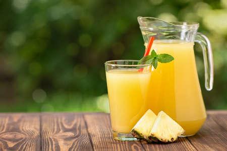 pineapple juice in glass and jug Zdjęcie Seryjne - 129959531
