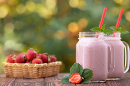 strawberry smoothie in mason jars Stockfoto