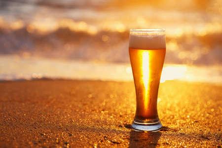 glass of beer with foam Zdjęcie Seryjne - 155585722