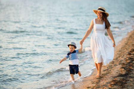 mother walking with son Zdjęcie Seryjne