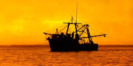 bateau p�che: Bateau de p�che au cr�puscule - Trinit�-et-Tobago Banque d'images