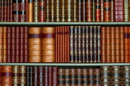Oude bibliotheek van vintage harde kaft boeken op planken