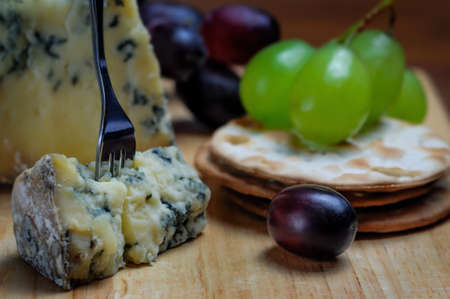 roquefort: Roquefort blue cheese with grapes and crackers