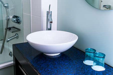 lavabo salle de bain: Lavabo bleu contre robinet m�langeur en verre