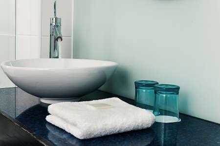 욕실 싱크 카운터 수건 물 유리 블루 스톡 콘텐츠