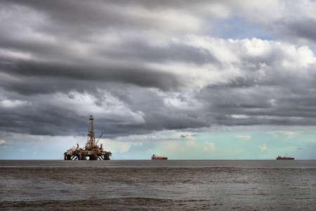 pozo petrolero: Marino plataforma plataforma petrolera en la industria petrolera mar