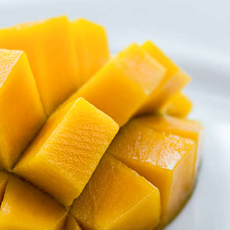 mango: Mango pokrojone na skórze zbliżenie skład kwadratowy