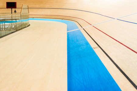 Velodrome fietspad lege gebogen hoge houten vloer met markeringen Trinidad en Tobago, sportlocatie Stockfoto