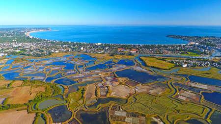 Fotografía aérea de La Baule Escoublac de las marismas de Guerande Foto de archivo - 80768200