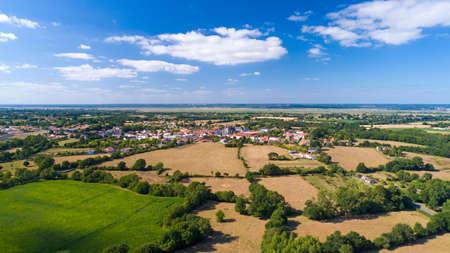 Loire Atlantique에있는 Frossay 마을의 항공 사진