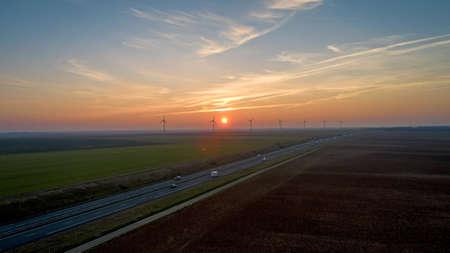 Éoliennes le long de l'autoroute au coucher du soleil, France Banque d'images