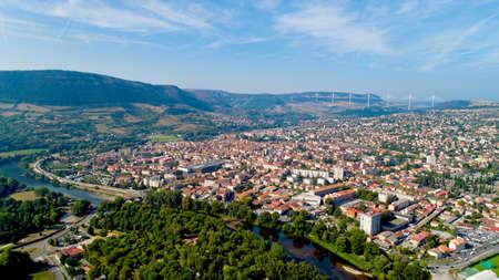 Vue aérienne de la ville de Millau au lever du soleil Banque d'images