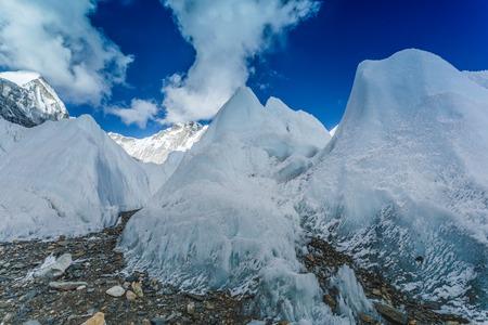 Khumbu-Gletscher nahe niedrigem Lager Everest auf Himalajatal, Nepal Standard-Bild - 90612875