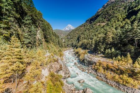 エベレスト ベース キャンプへトラックで山川と渓谷のヒマラヤの山。雪峰高山。