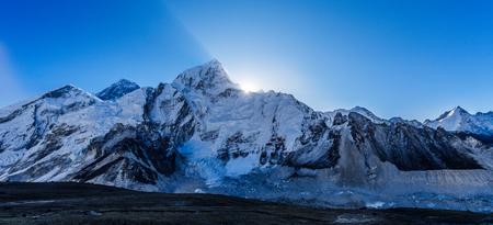 Everestr 山の美しい自然風景。サガルマータ国立公園、ネパール ヒマラヤ マウンテン ビュー 写真素材