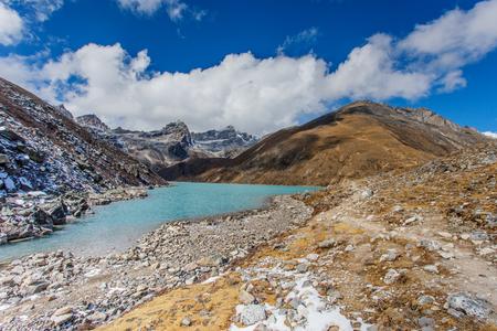 エベレストベースキャンプのトレッキングのヒマラヤ山湖。高山湖五郷の一つ 写真素材